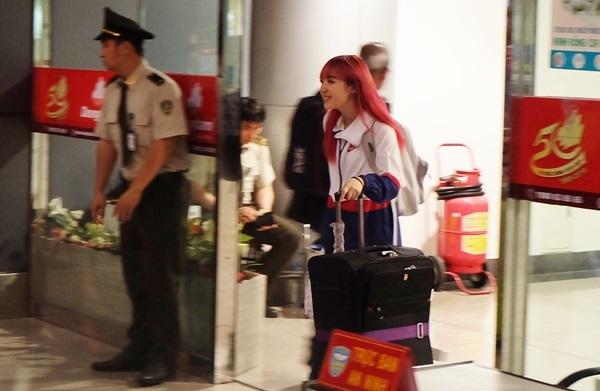 Jannine Weigel đặt chân tới Sài Gòn khi trời đang đổ mưa. Dù thế, cô vẫn cảm thấy phấn khích khi phát hiện nhiều fan đứng đợi mình ở sân bay. Trước đó, lịch trình đến Việt Nam không được cô chia sẻ.