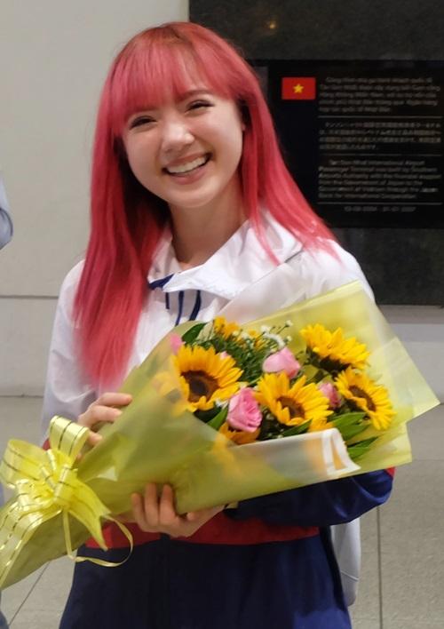 Jannine Weigel tươi tắn nhận hoa khi vừa bước ra cổng sân bay. Cô cho biết lịch trình bay có bị dời trễ hơn do thời tiết nhưng cảm thấy ấm áp khi được nhiều fan Việt chào đón. Theo kế hoạch, Bông hồng lai Thái Lan sang Việt Nam để biểu diễn tại đại nhạc hội Hành trình kết tinh hoa.