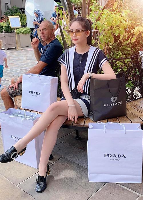 Sau khi hoàn thành khóa họcThạc sĩ, Lê Âu Ngân Anh nghỉ ngơi, du lịch ở Pháp. Trước khi về Việt Nam, người đẹp dành một ngày cho thú vui mua sắm. Trên trang cá nhân, Hoa hậu khoe chiến tích tậu về chỉ sau ít giờ đồng hồ.