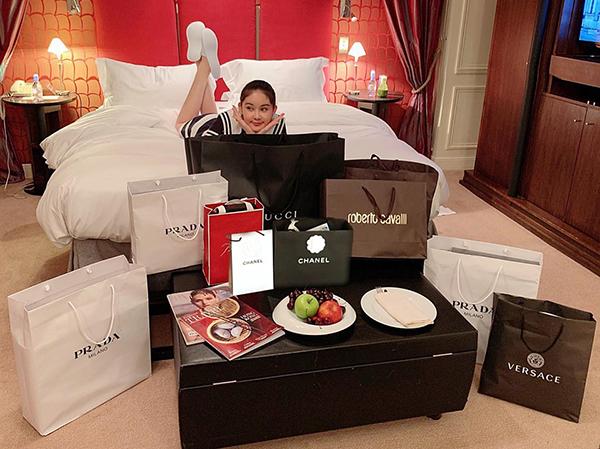 Vốn có sở thích với hàng hiệu nên Ngân Anh không ngại rút ví liên tục ở kinh đô thời trang. Cô đầu tư nhiều món đồ của Gucci, Prada, Versace, Roberto Cavalli...