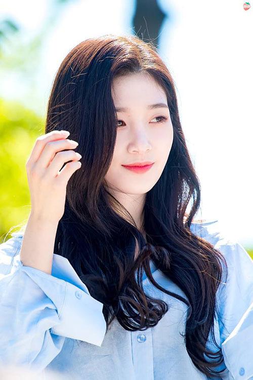 Jung Chae Yeon nổi tiếng nhờ cảnh kết thần thánh trong Produce 101. Nữ ca sĩ debut cùng I.O.I và hoạt động song song cùng nhóm DIA. Chae Yeon đang lấn sân sang lĩnh vực diễn xuất nhưng chưa có thành tích nổi bật.