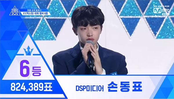 Son Dong Pyo thuộc công ty DSP Media. Anh chàng khóc nức nở khi được xứng tên ở vị trí thứ 6 với 824.389 lượt bình chọn.