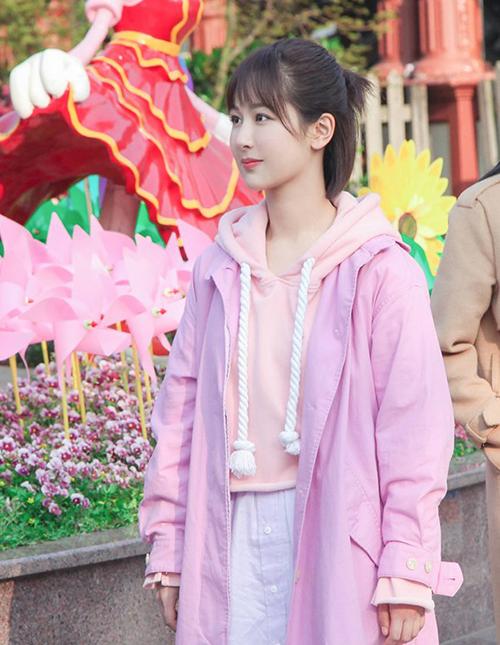 Độ cuồng màu hồng của Đồng Niên còn thể hiện trong việc cô nàng có thể kết hợp cả cây ngọt như kẹo từ đầu đến chân.