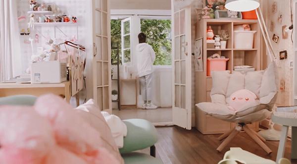 Không gian sống ngập tràn màu hồng khiến teen girl nào cũng mê tít của nữ chính Cá mực hầm mật.