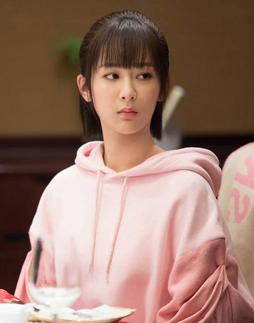 Đã lâu lắm rồi trên truyền hình mới có một tín đồ màu hồng khiến khán giả mê mẩn như Đồng Niên. Trang phục của cô nàng trong phim dù ngọt ngào nhưng không sến, toát lên vẻ xinh xắn, khỏe khoắn và rất hack tuổi.