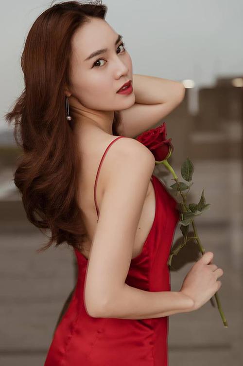 Trong những bộ hình, người đẹp cũng thường xuyên lặp lại dáng pose yêu thích.