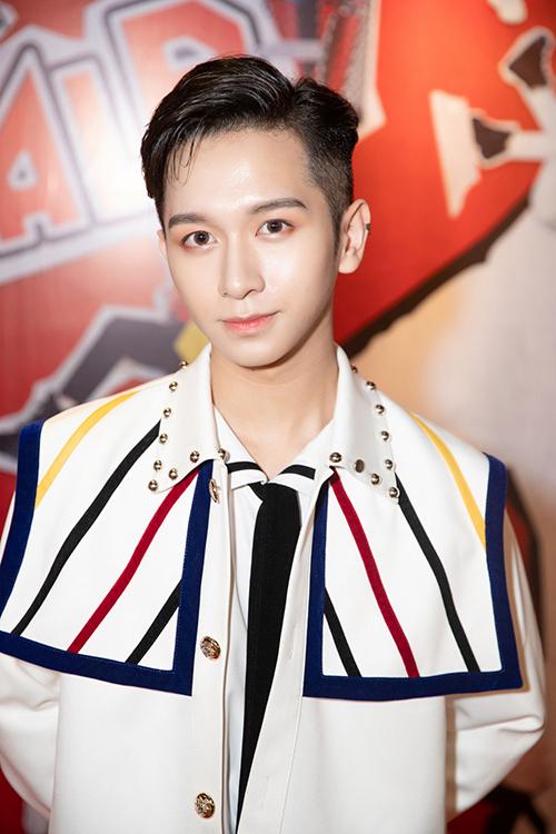 6 năm kể từ khi được biết đến qua chương trình Giọng hát Việt nhí mùa đầu tiên, ngày 19/7, Đỗ Hoàng Dương ra mắt Vpop khi công bố là ca sĩ độc quyền của một công ty giải trí. Anh chàng cho ra mắt MV Úm ba la theo phong cách trẻ trung, dễ thương.