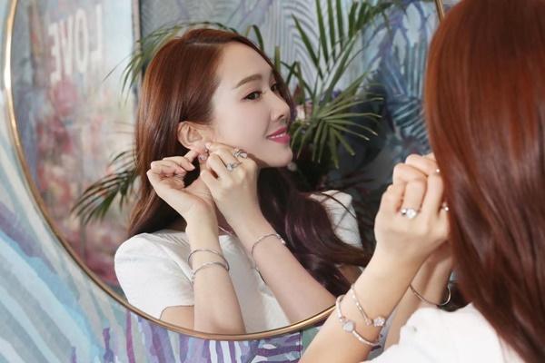 Jessica khoe khéo bộ trang sức kim cương sang trọng.