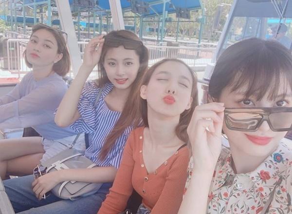 Momo, Na Yeon, Tzuyu và Ji Hyo (từ phải qua) vui vẻ đi chơi công viên.