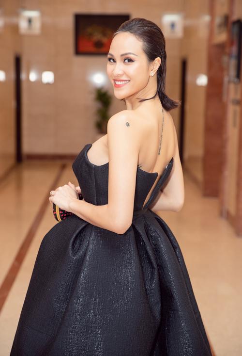Có một sự cố nhỏ xảy ra khi chiếc váy của người đẹp bị đứt dây kéo ở phần lưng.