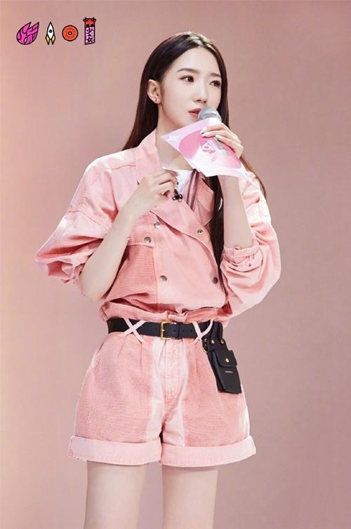 Set đồ của Mạnh Mỹ Kỳ đến từ bộ sưu tập Xuân Hè của thương hiệu nước Pháp Isabel Marant. Dù chiếc áo dạng cổ vest khá kín đáo, cô nàng vẫn mặc thêm áo phông trắng bên trong.