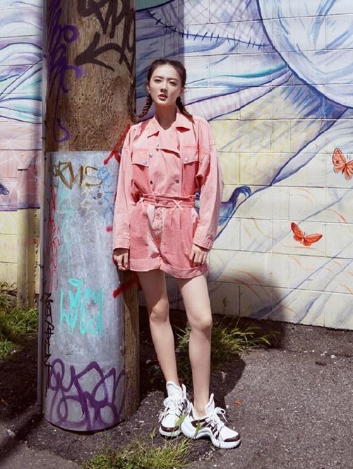 Nữ diễn viên sinh năm 1994 Từ Lộ dùng đôi giày thể thao thời trang làm điểm nhấn cho set đồ hồng. Cô nàng tết tóc đuôi sam để tăng vẻ sporty, thể hiện hình tượng street dancer.