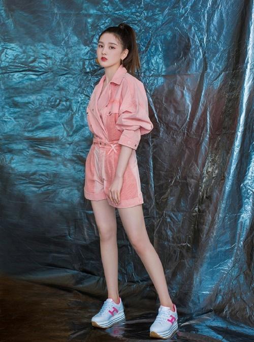 Tống Tổ Nhi khoe style trẻ trung, năng động với giày thể thao độn đế kiểu dáng đơn giản.