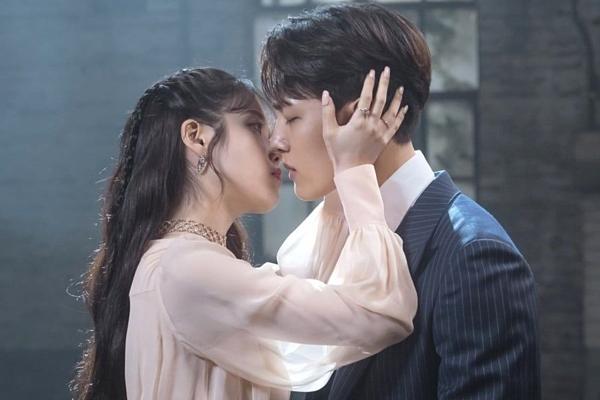 Nụ hôn đầu tiên của cặp đôi trên màn ảnh.