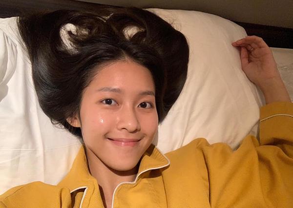Khả Ngân tự tin chụp hình khoe mặt mộc hoàn toàn trước lúc đi ngủ.