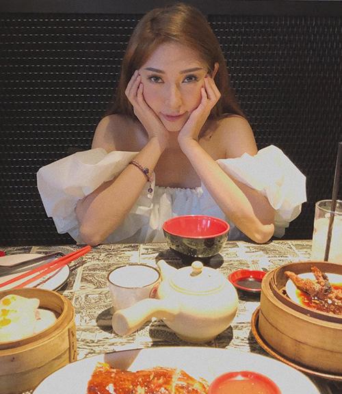 Khổng Tú Quỳnh tạo dáng dễ thương khi đi ăn.