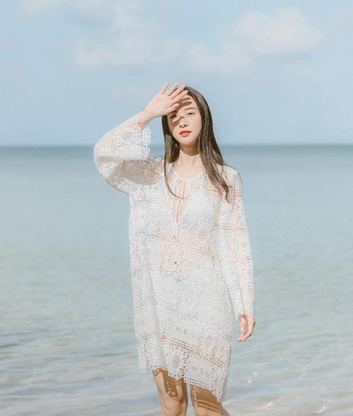 Jun Vũ đẹp mong manh trong nắng biển Phú Quốc.
