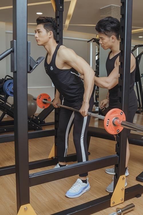 Anh tăng cường rèn luyện hình thể.