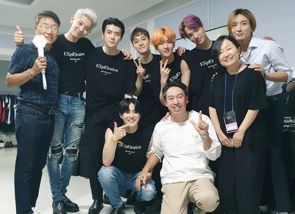 Các thành viên EXO nhận được sự cổ vũ từ chủ tịch SM Lee Soo Man (bìa trái), CEO Kim Young Min (áo trắng), đàn anh Lee Teuk (áo xanh nhạt) trong concert vừa qua.
