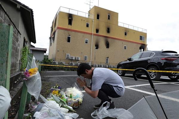 Người dân đặt hoa cầu nguyện cho nạn nhân vụ cháy xưởng phim hoạt hình Nhật.
