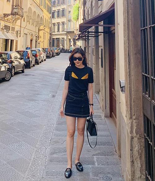 T-shirt đen với hình đôi mắt đặc trưng của Fendi được Huyền My kết hợp cùng giày Gucci, túi Hermes đắt đỏ tăng đẳng cấp.