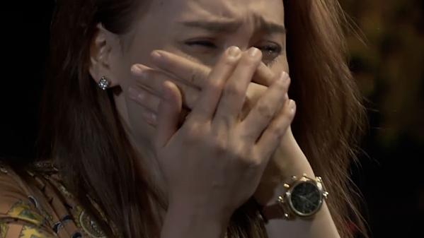Thư khóc nấc khi biết bố bị tổn thương vì chuyện tình cảm của mình.