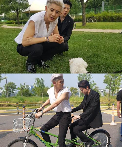 Chan Yeol (áo trắng) và Se Hun chơi đùa với cún, đạp xe đôi trong hậu trường MV đầu tay What a Day.