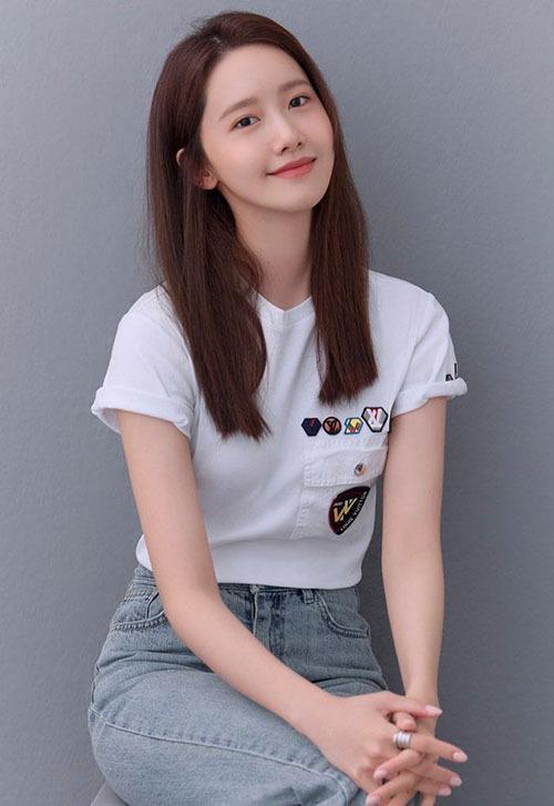 Ngày 22/7, công ty SM tung ra bộ ảnh mưới của Yoona va tên của nữ thần tượng ngay lập tưc đứng đầu mục tìm kiếm của Daum, Naver. Nhan sắc của thành viên SNSD trở thành một đề tài được bàn luận sôi nổi. Netizen khen ngợi vẻ đẹp trong sáng, trẻ trung của nữ idol đã có 12 năm tuổi nghề.