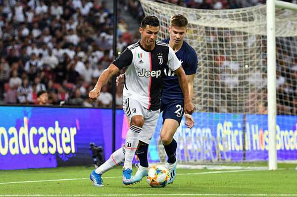 Ronaldo ghi bàn trong trận Juventus gặp Tottenham hôm 21/7.
