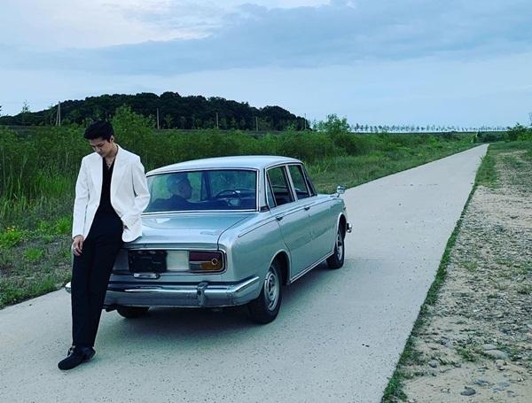 Se Hun bảnh bao khoe chân dài bên chiếc xe hơi kiểu cổ.