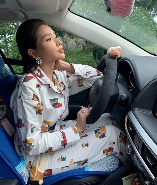 Khả Như trang điểm lồng lộn nhưng diện nguyên bộ pyjama lái xe đi làm.