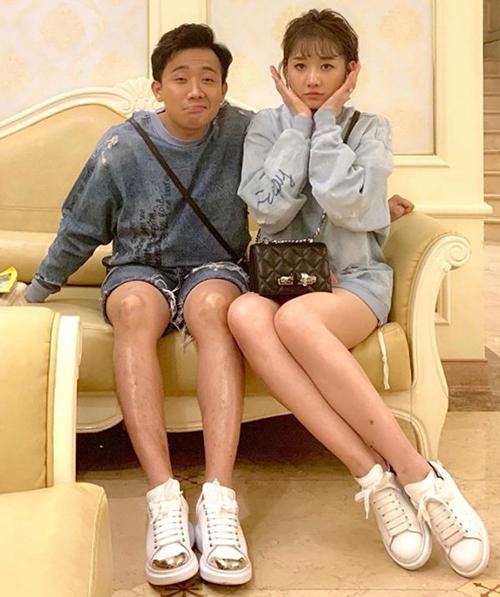 Khi ra phố, cả Trấn Thành và Hari Won đều thích mặc thoải mái với những kiểu áo rộng rãi, xì tin, kết hợp giày thể thao.