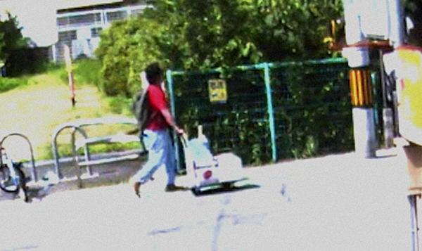 Người đàn ông được cho là nghi phạm Shinji Aoba xuất hiện gần xưởng phim.