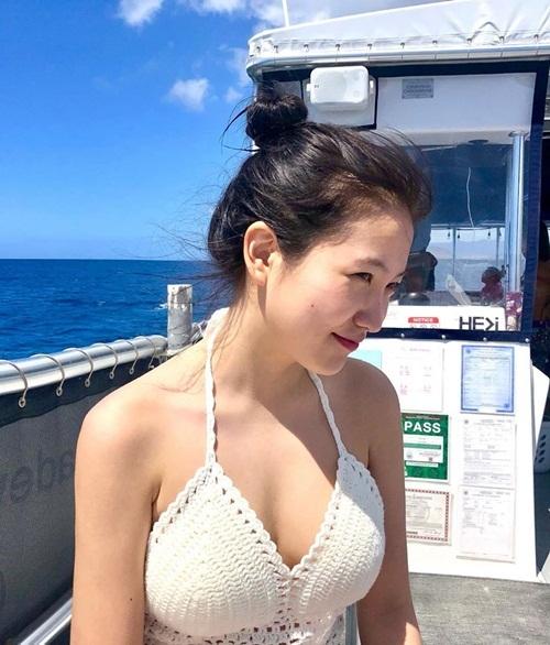 Yeri tự tin diện bikini khoe vòng một gợi cảm ở Hawaii.