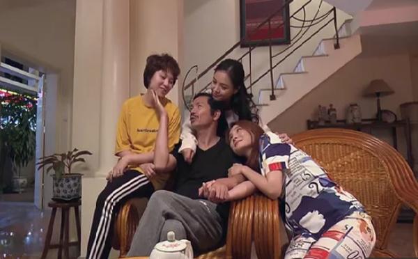 Là bộ phim gia đình nên nhiều phân cảnh của Về nhà đi con diễn ra trong bối cảnh ở nhà. Đó cũng là lý do Bảo Thanh diện đồ ngủ với tần suất rất dày đặc.
