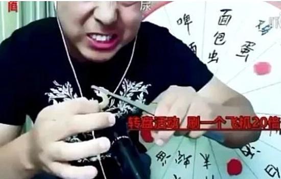 Chàng trai họ Sun thực hiện video ăn tắc kè sống trước khi bị phát hiện qua đời.