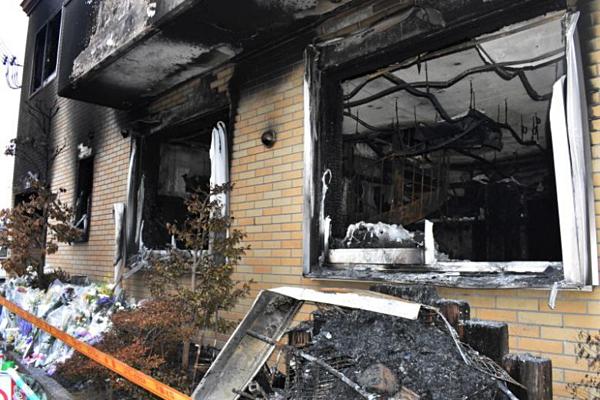 Tòa nhà xưởng phim số 2 trơ khung, vỡ nát kính sau vụ hỏa hoạn.