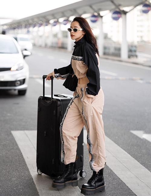 Nữ diễn viên mê những món đồ hầm hố như croptop, quần túi hộp, boots cao cổ...
