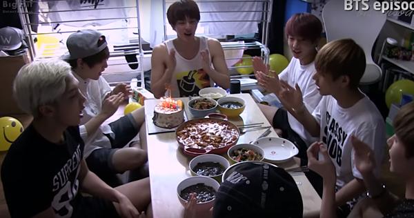 Bữa cơm kỷ niệm 1 năm debut của BTS.