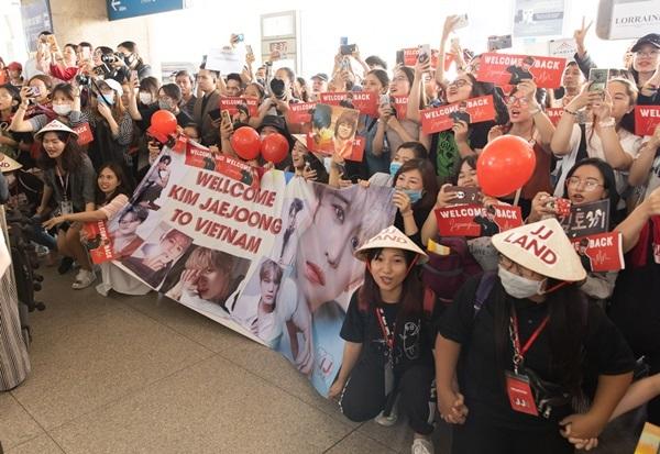 Họ có mặt từ sớm ở sân bay để chờ đợi Jae Joong.