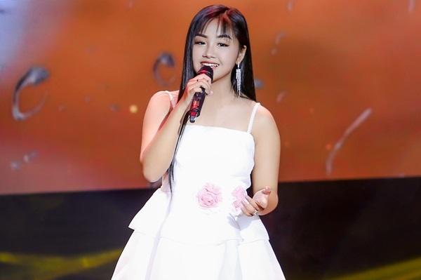 Khánh An cho biết rất yêu thích ca hát. Cô bạn gốc Hà Nội từng khiến nhiều fan bất ngờ với những nhạc phẩm: Cô đôi thượng ngàn, Người phu kéo mo cau, Chín tháng mười ngày, Xin Em đừng khóc vu quy... và gần đây là Đoạn tuyệt hút hơn 11 triệu lượt view và Mẹ yêu ơi - 7 triệu view trên kênh YouTube cá nhân.