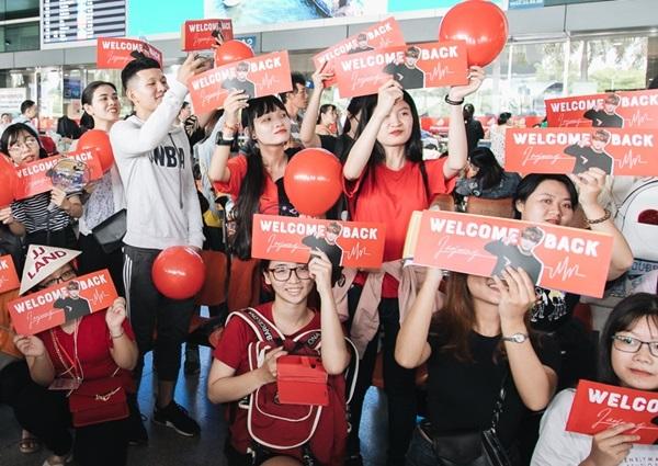 Trước khi tới Việt Nam, Kim Jae Joong đã nhá hàng hình ảnh ở sân bay khiến fan càng háo hức. Chúng ta hãy cùng tạo nên những ký ức thật sâu đậm tại Việt Nam nhé, anh nói.
