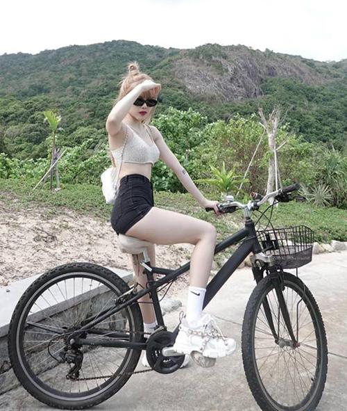 Bạn gái tin đồn Sơn Tùng thường mix quần ngắn với croptop, tăng hiệu quả kéo dài đôi chân.