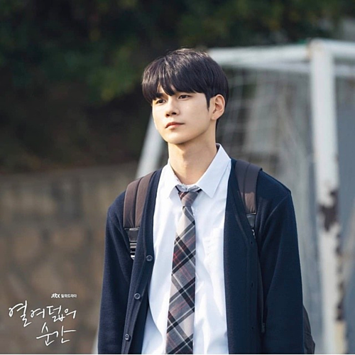 Seong Woo trong vai cậu bạn mới chuyển trường Jun Woo lạnh lùng.