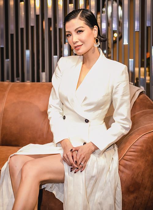 Sau khi tái xuất showbiz, cựu siêu mẫu Vũ Cẩm Nhung chăm chỉ góp mặt trong các event. Ở tuổi 43, chân dài đình đám Hà thành một thời vẫn giữ được thần thái kiêu sa.