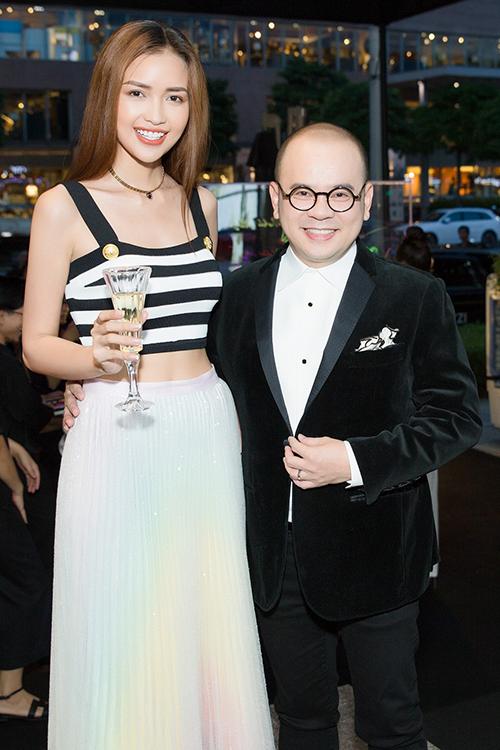 Hoa hậu Siêu quốc gia 2018 Ngọc Châu ghé tham quan và chúc mừng doanh nhân Dương Quốc Nam. Sắp tới, cô sẽ đại diện Việt Nam tham dự Miss Supranational 2019.