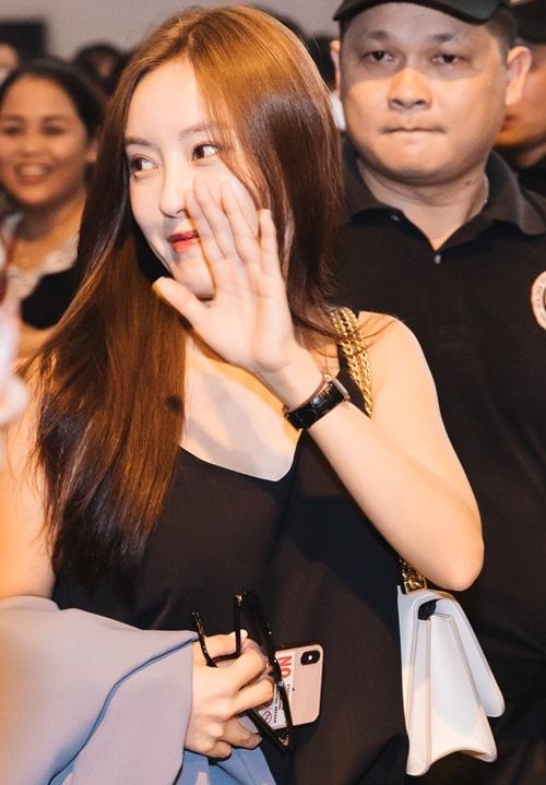 Cô liên tục vẫy tay chào fan Việt.