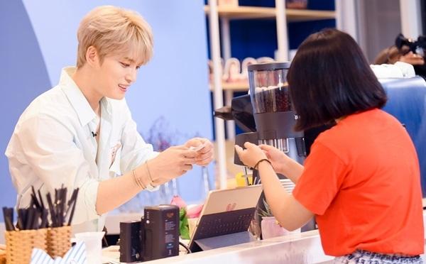 Kim Jae Joong với sự giúp đỡ của MC Jin Ju đã trò chuyện và nhận order từ fan. Sau đó, nam thần tự tay pha chế và phục vụ cho từng người.