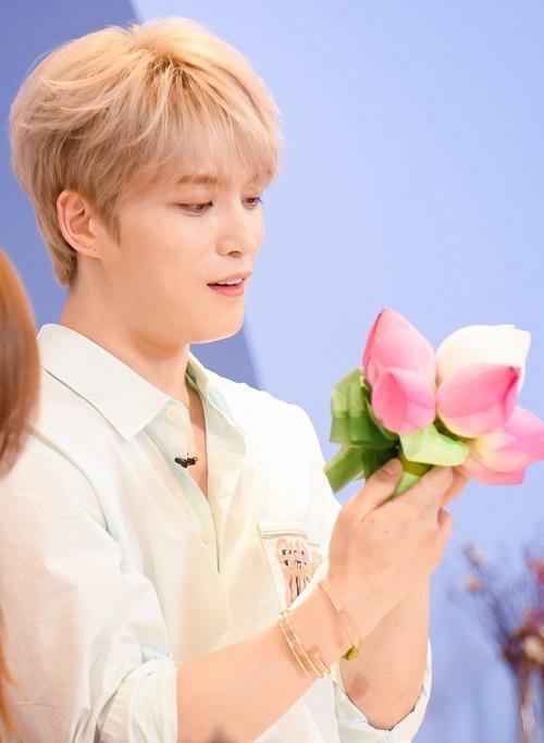 Anh cũng rất thích thú và hiếu kỳ khi lần đầu tiên thấy hoa sen - quốc hoa của Việt Nam.