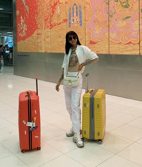 HHen Niê gây bất ngờ khi đeo túi Gucci, đi giày Louis Vuitton sành điệu ở sân bay Bangkok.
